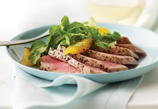 Bifes de atum com salada de laranja e agrião