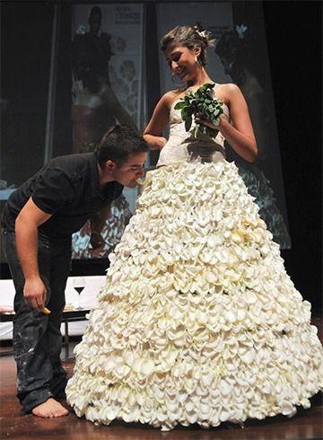 Revestidas de açúcar pétalas de rosa vestido de casamento