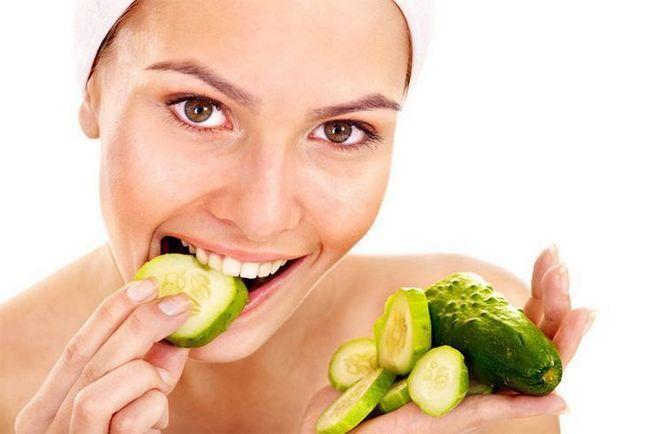 Mulheres que comem pepino