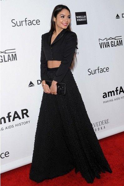 Vanessa Hudgens mostra-nos uma maneira elegante para vestir um preto Top Curto
