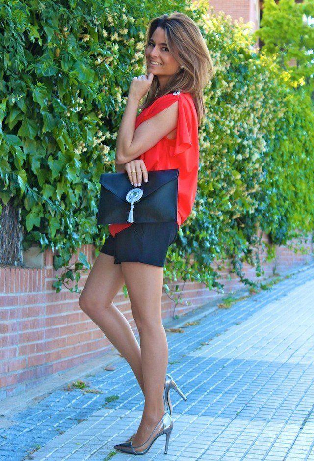 Idea blusa vermelha Outfit com bombas de prata