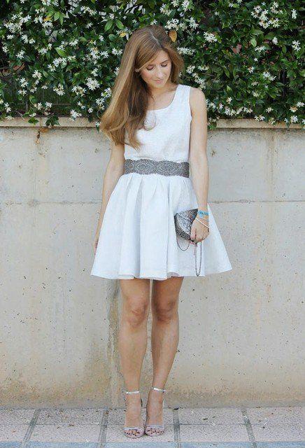 Consideravelmente Idea branco do vestido de roupa com sapatos prateados