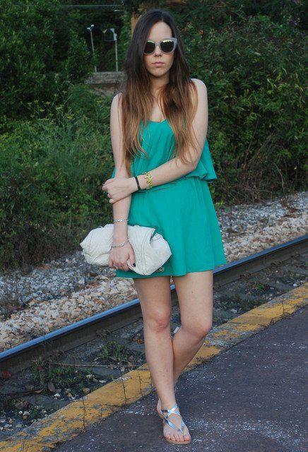 Idéia verde vestido roupa com sapatos prateados