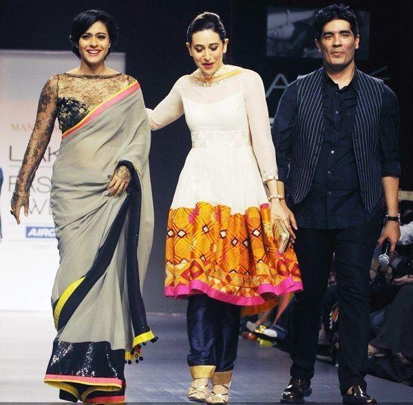Kajol e Karisma Kapur a pé a rampa com o estilista Manish Malhotra