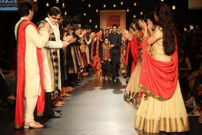 Designer Vikram Phadnis withhis Bollywood Celebs andando a rampa