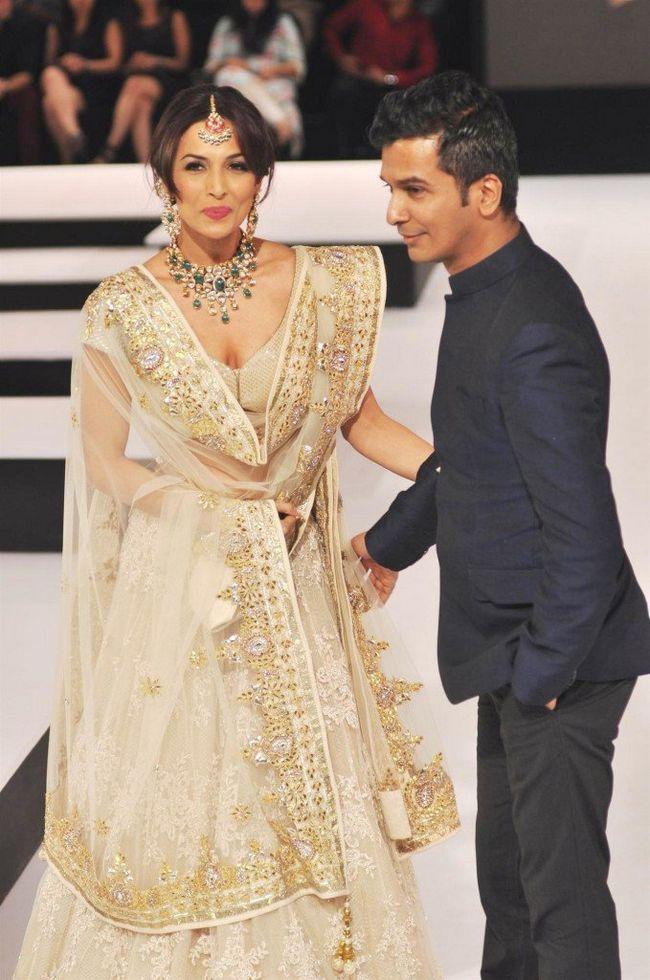 Malaika Arora Khan andando a rampa com o designer Vikram Phadnis