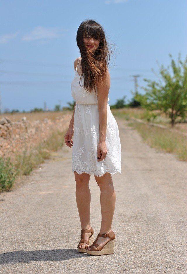Idea branco do vestido de roupa com Cunhas