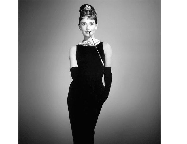 Que acessórios cor que você deve usar com um vestido preto?