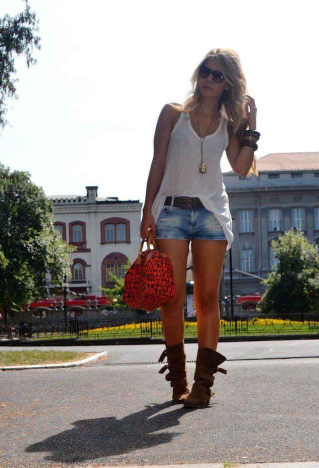 Idea Sassy T branco equipamento com shorts jeans