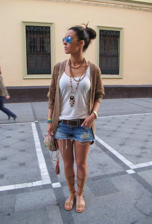 Casual Idea T branco equipamento com shorts jeans
